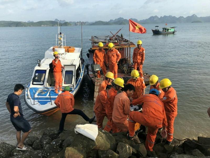 10 tấn thiết bị đã tới Cô Tô để sửa cáp điện - ảnh 1