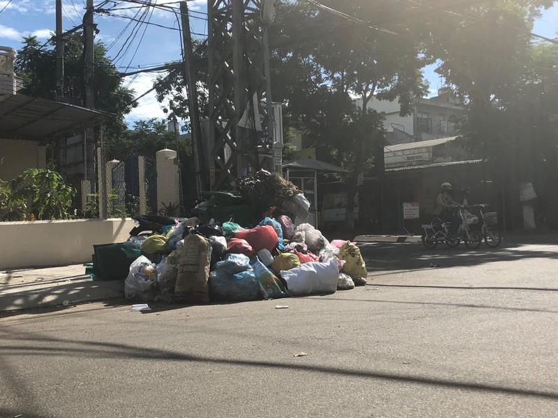 Sau 3 ngày ùn ứ, TP Quảng Ngãi chìm trong rác - ảnh 1