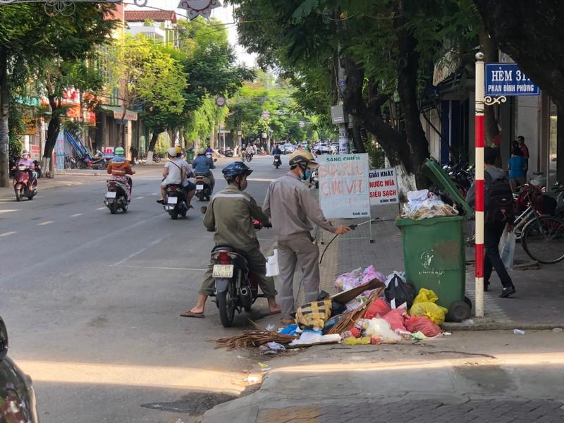 Sau 3 ngày ùn ứ, TP Quảng Ngãi chìm trong rác - ảnh 2