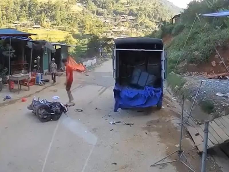 Người đi xe máy đâm vào xe tải đang đậu, tài xế xe tải lỗi gì? - ảnh 1