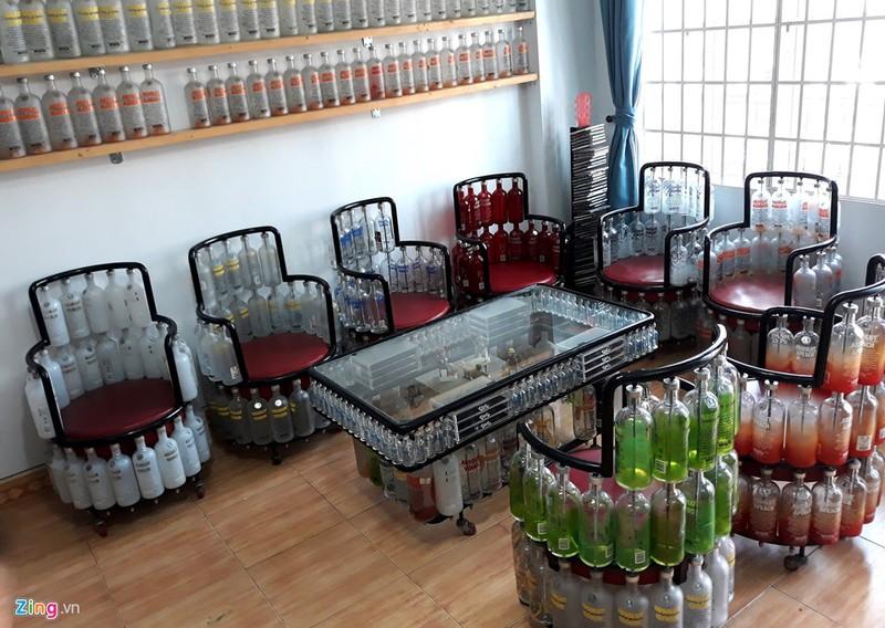 Ngôi nhà đặc biệt với nội thất làm từ 10.000 chai thủy tinh - ảnh 1