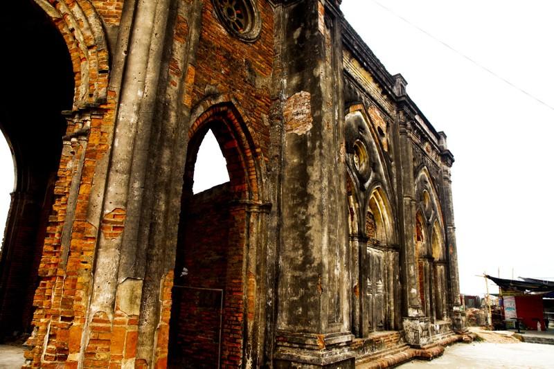 Nhà thờ Trái tim: Khi hoang tàn thành chốn rong chơi - ảnh 3