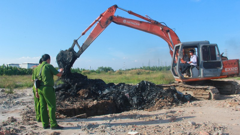 Cảnh sát môi trường đào điểm nghi chôn trộm rác ở Nhà Bè - ảnh 3