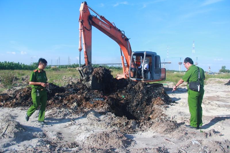 Cảnh sát môi trường đào điểm nghi chôn trộm rác ở Nhà Bè - ảnh 1