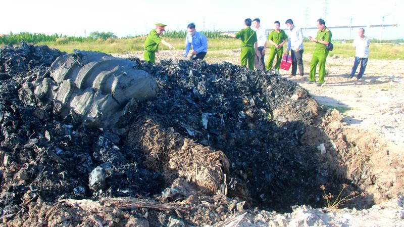 Cảnh sát môi trường đào điểm nghi chôn trộm rác ở Nhà Bè - ảnh 2