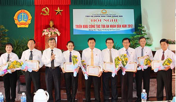 Một số tập thể, cá nhân có thành tích xuất sắc của TAND các cấp tỉnh Đồng Nai được nhận bằng khen của Chánh án TAND tối cao. Ảnh: CTV