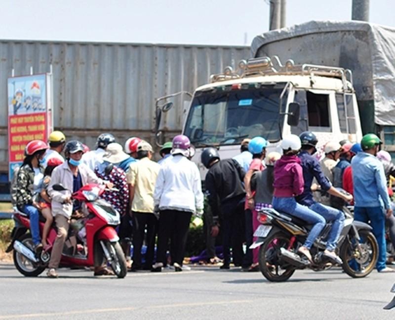 Một phụ nữ bị xe tải ủi đi gần 10 m - ảnh 1