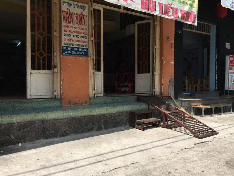Một người kinh doanh tại đường Vạn Kiếp cho biết một bậc thềm gấp và di động đẩy sang bên có giá khoảng 1,8 triệu đồng. Ảnh: Quỳnh Như