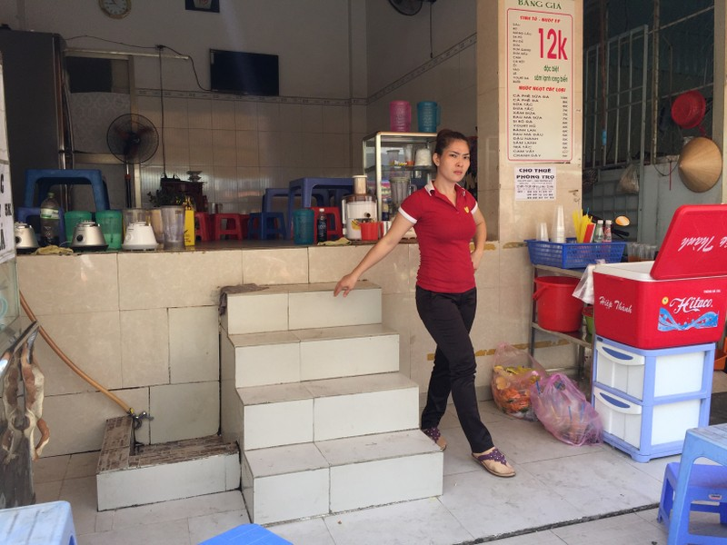 Một ngôi nhà trên đường Ung Văn Khiêm có diện tích nhà nhỏ, ngắn, quá cao với 5 bậc bước sẽ khó khăn khi muốn làm bậc thềm, dốc ra vào nhà. Ảnh: Quỳnh Như
