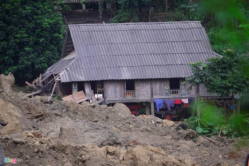 Trăm người tìm 18 nạn nhân bị đất đá vùi lấp - ảnh 5