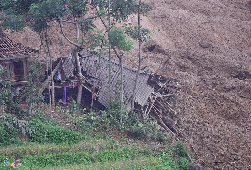 Trăm người tìm 18 nạn nhân bị đất đá vùi lấp - ảnh 7