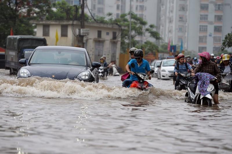 Bí kíp lái ô tô an toàn mùa mưa, đường ngập  - ảnh 1