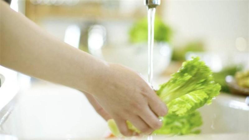 Rửa rau quả sai cách chỉ khiến bạn ăn thêm nhiều thuốc trừ sâu - ảnh 1