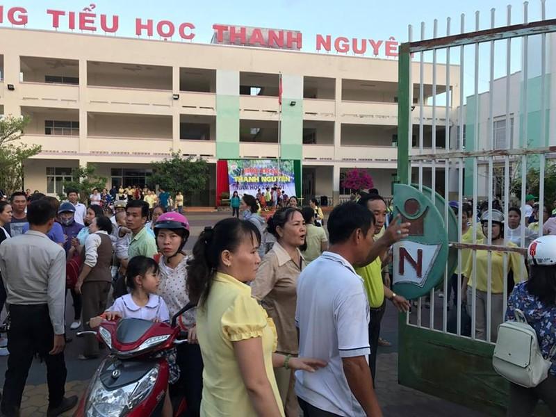 Bình Thuận yêu cầu làm rõ vụ vào trường còng tay  - ảnh 2