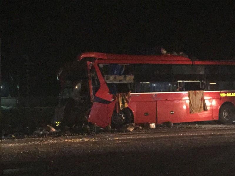Xe khách lao vào đuôi ô tô tải, 12 người thương vong - ảnh 1