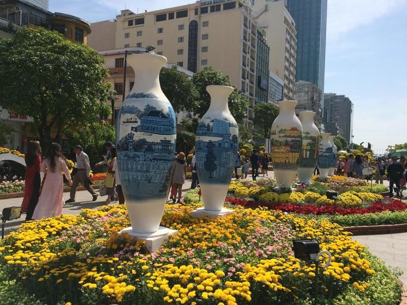 Ngắm đường hoa Nguyễn Huệ khoe sắc sáng 30 tết - ảnh 7