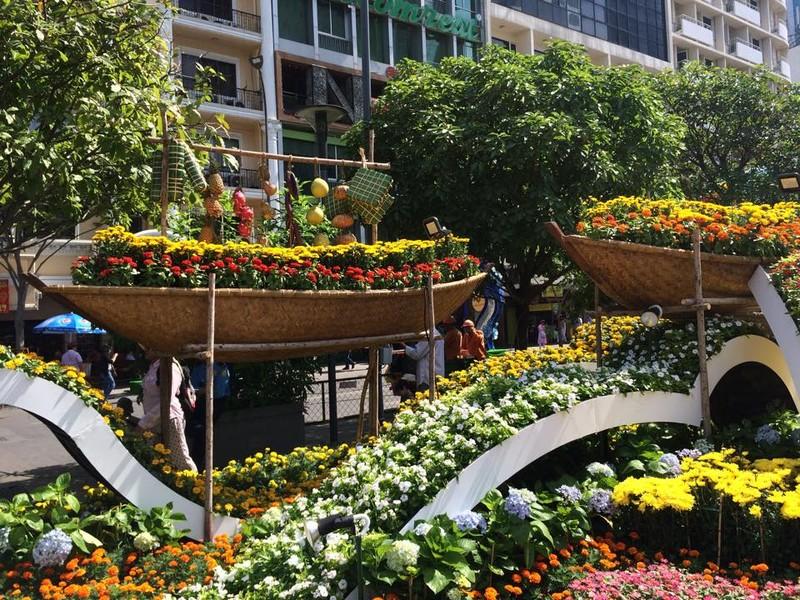 Ngắm đường hoa Nguyễn Huệ khoe sắc sáng 30 tết - ảnh 12