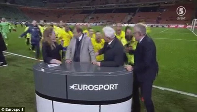 """Cầu thủ Thụy Điển ăn mừng """"nổi loạn"""", De Rossi nổi giận - ảnh 1"""