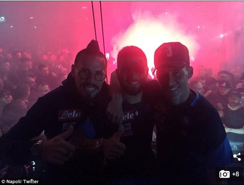 Hi hữu: CĐV Juventus và Napoli lao vào… ôm nhau thắm thiết - ảnh 4