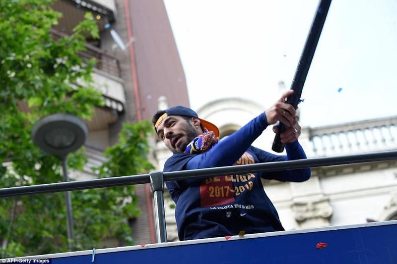 Barcelona diễu hành hoành tráng mừng 'cú đúp' vô địch - ảnh 10