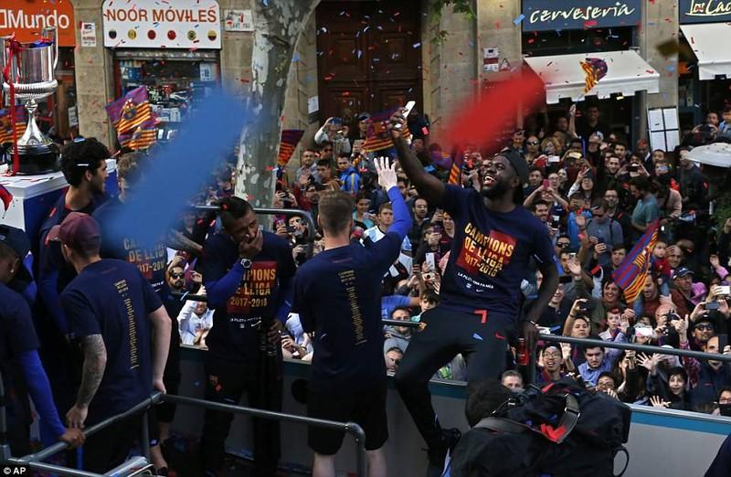 Barcelona diễu hành hoành tráng mừng 'cú đúp' vô địch - ảnh 11