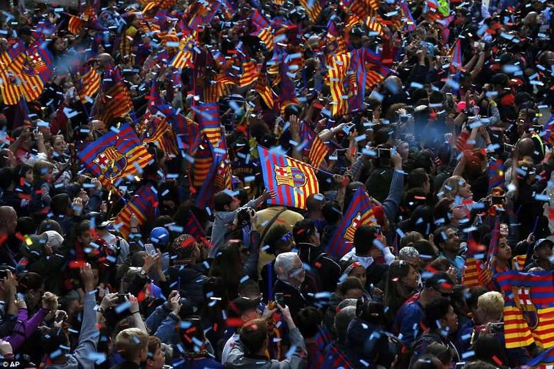 Barcelona diễu hành hoành tráng mừng 'cú đúp' vô địch - ảnh 12