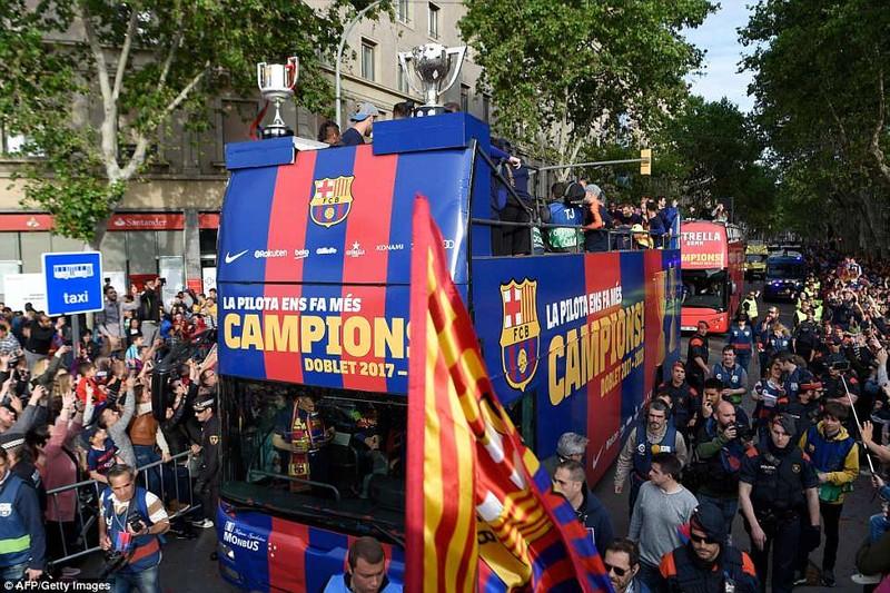 Barcelona diễu hành hoành tráng mừng 'cú đúp' vô địch - ảnh 2