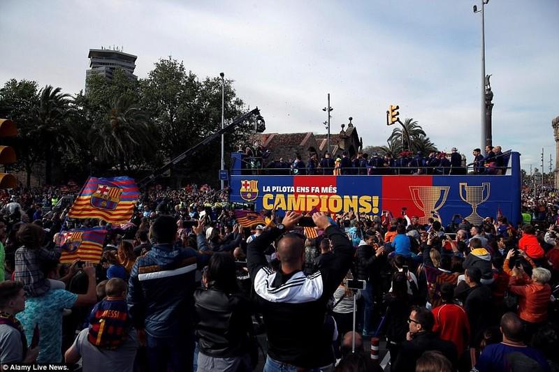 Barcelona diễu hành hoành tráng mừng 'cú đúp' vô địch - ảnh 3