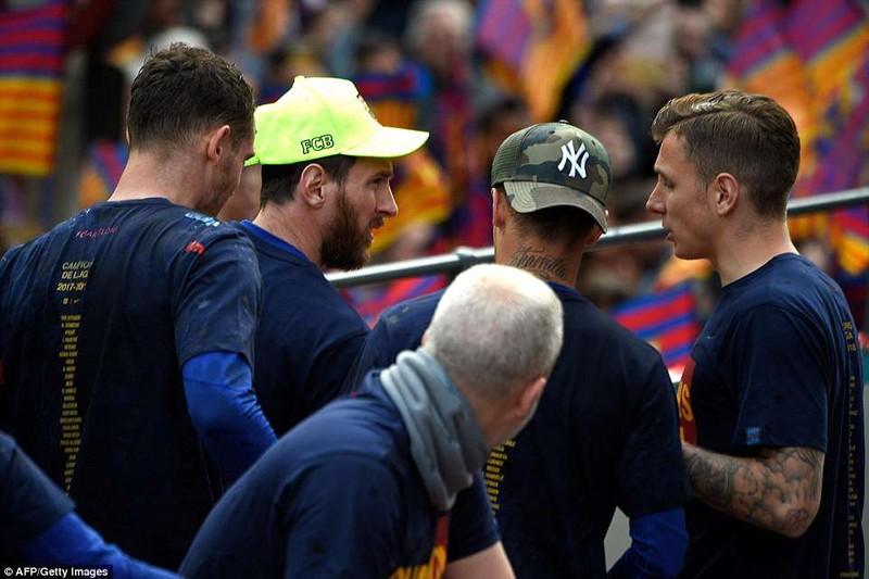 Barcelona diễu hành hoành tráng mừng 'cú đúp' vô địch - ảnh 6