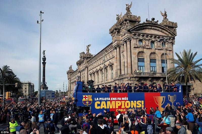 Barcelona diễu hành hoành tráng mừng 'cú đúp' vô địch - ảnh 8
