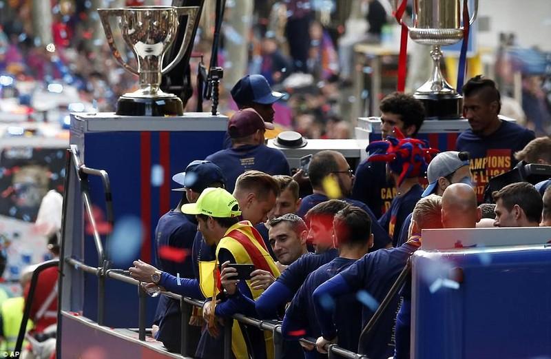 Barcelona diễu hành hoành tráng mừng 'cú đúp' vô địch - ảnh 9