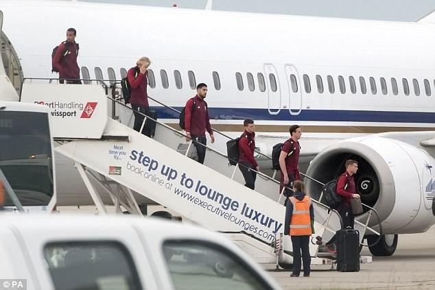 Cầu thủ Liverpool buồn bã, Karius che mặt bước xuống máy bay - ảnh 2