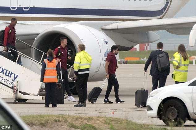 Cầu thủ Liverpool buồn bã, Karius che mặt bước xuống máy bay - ảnh 4