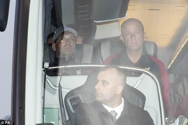 Cầu thủ Liverpool buồn bã, Karius che mặt bước xuống máy bay - ảnh 5