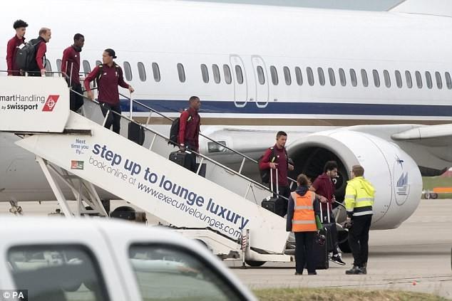 Cầu thủ Liverpool buồn bã, Karius che mặt bước xuống máy bay - ảnh 6