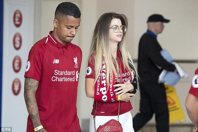 Cầu thủ Liverpool buồn bã, Karius che mặt bước xuống máy bay - ảnh 8
