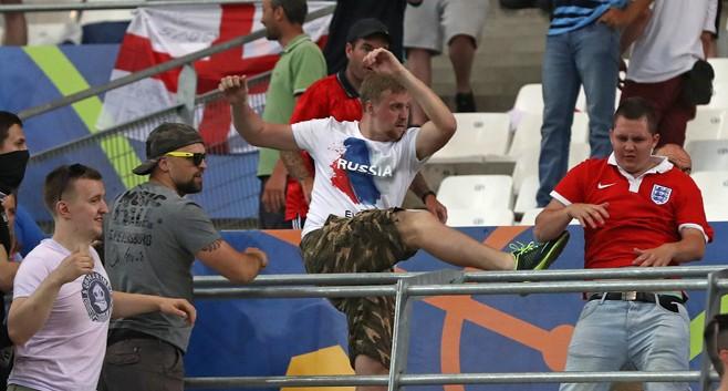World Cup chưa đến, hooligan Nga đã 'dọa xử' fan Anh - ảnh 1