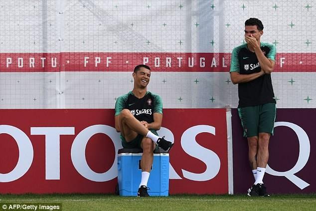 Ronaldo đùa giỡn trên sân tập trước thất bại của Messi - ảnh 2