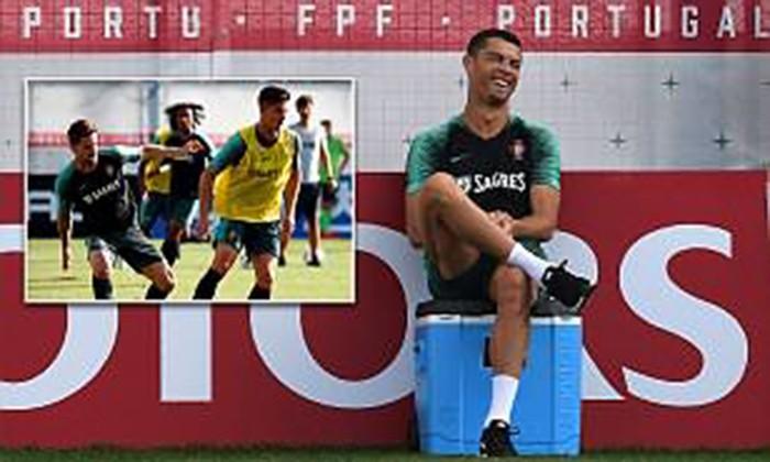 Ronaldo đùa giỡn trên sân tập trước thất bại của Messi - ảnh 1