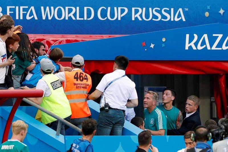 Đức bị loại, fan hâm mộ trút hết giận dữ lên Ozil - ảnh 1