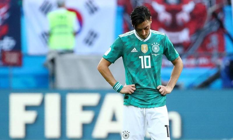 Đức bị loại, fan hâm mộ trút hết giận dữ lên Ozil - ảnh 3
