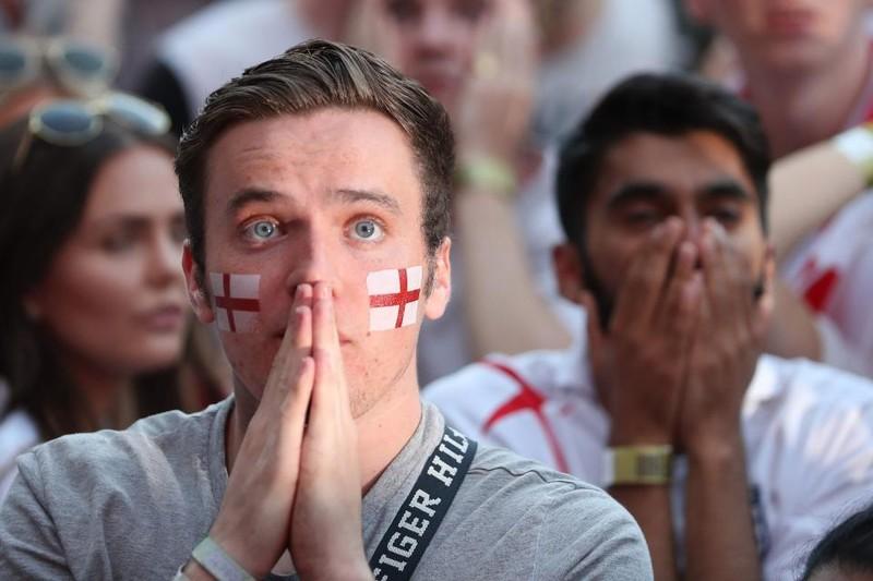 Thua cay đắng Croatia, fan Anh đau đớn bật khóc nức nở - ảnh 16