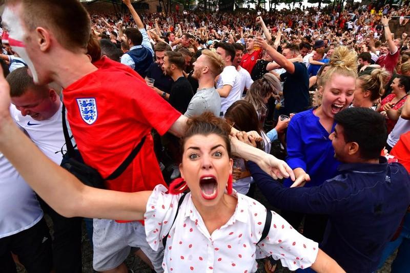 Thua cay đắng Croatia, fan Anh đau đớn bật khóc nức nở - ảnh 7