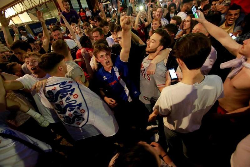 Thua cay đắng Croatia, fan Anh đau đớn bật khóc nức nở - ảnh 24