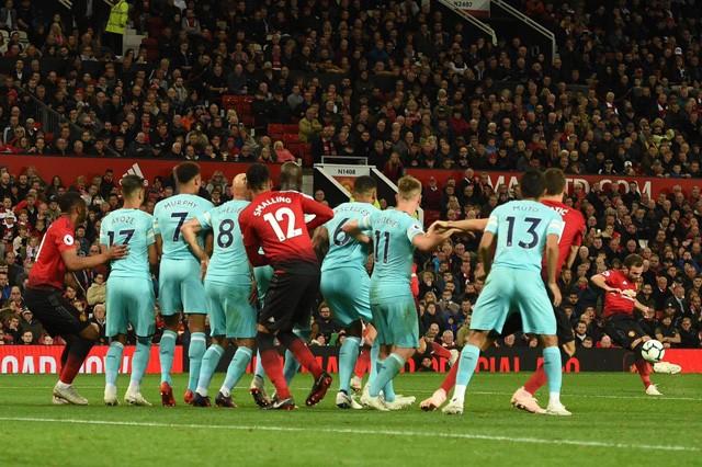 Liverpool, Man. City 'níu chân' nhau, Chelsea hưởng lợi lớn - ảnh 1
