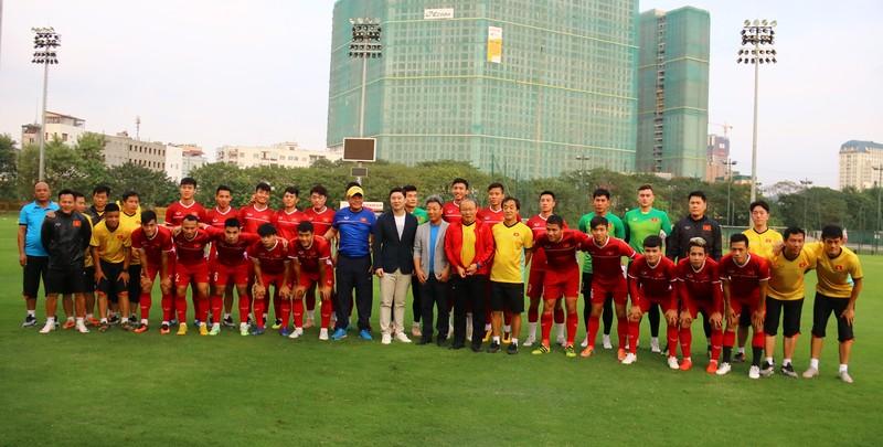 Vị khách đặc biệt trong buổi tập của đội tuyển Việt Nam - ảnh 26