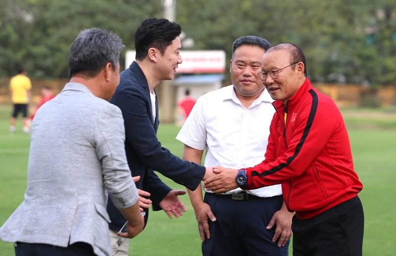 Vị khách đặc biệt trong buổi tập của đội tuyển Việt Nam - ảnh 1