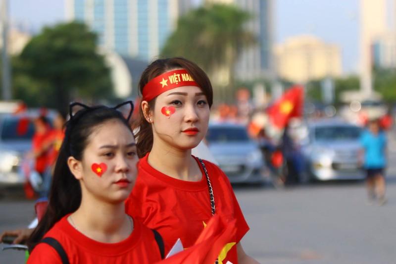 CĐV rợp sắc đỏ, đốt pháo sáng mù mịt trước sân Mỹ Đình - ảnh 14