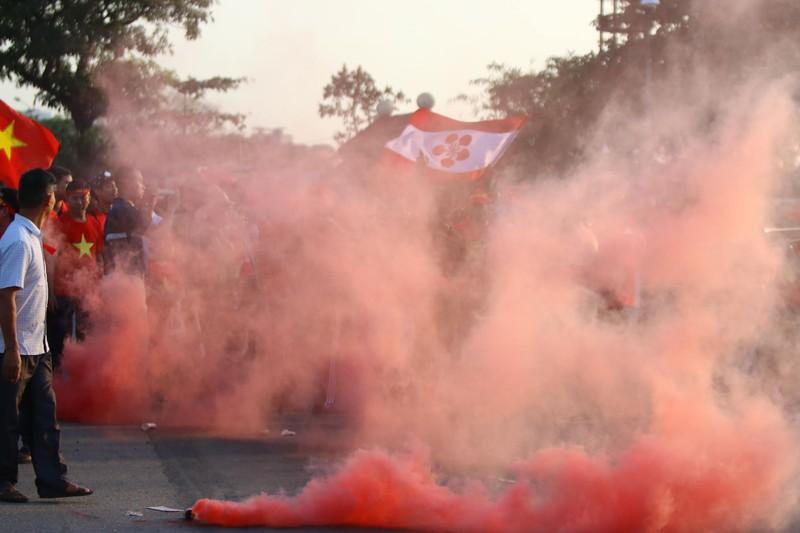CĐV rợp sắc đỏ, đốt pháo sáng mù mịt trước sân Mỹ Đình - ảnh 25