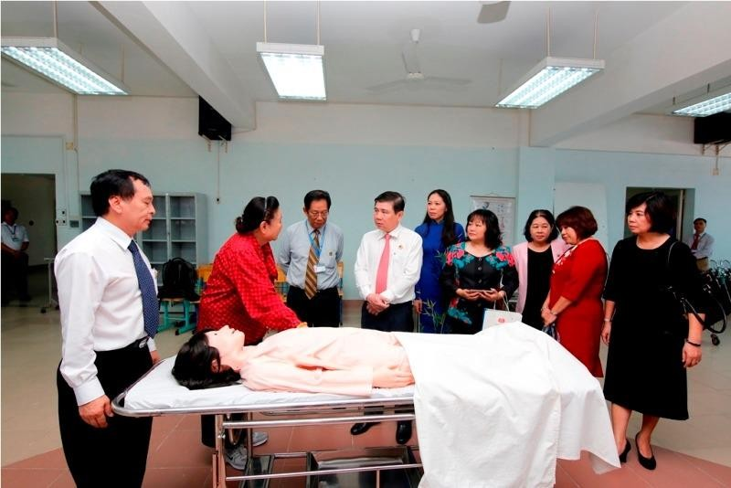 Chủ tịch Hội đồng hiệu trưởng các trường đại học TP.HCM Nguyễn Thành Phong thăm cơ sở vật chất Trường ĐH Nguyễn Tất Thành.